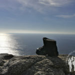 Monumento bota bronce